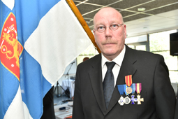 Ylilres Jarmo Siltanen vastaanotti sotilasansiomitalin ja RUL kultaisen ansiomitalin.