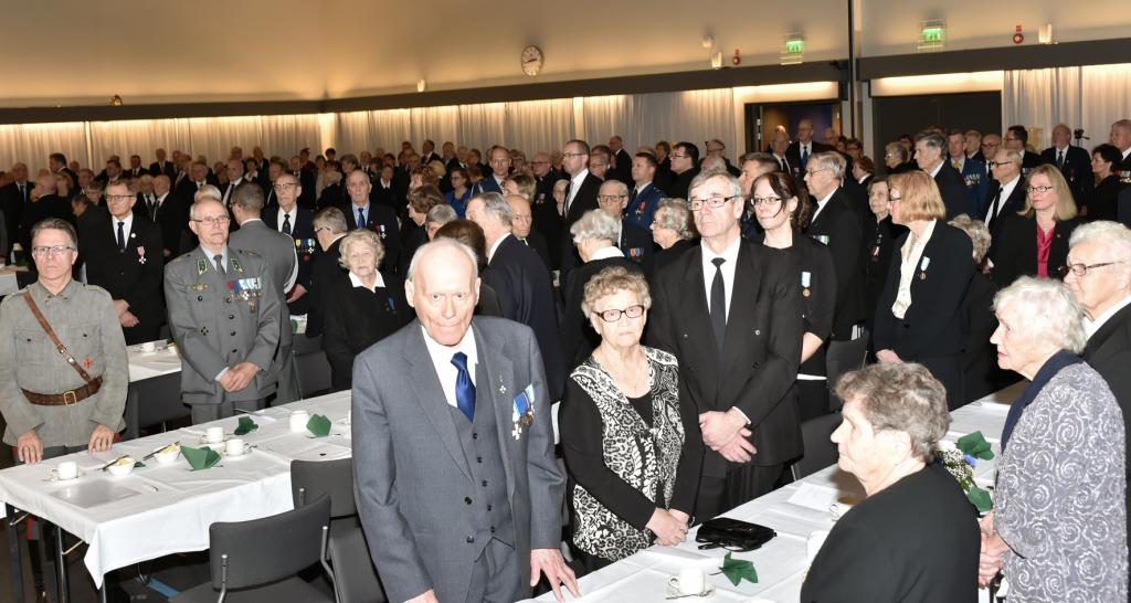 Keski-Suomen Sotaveteraanipiirin 50-vuotisjuhlan yleisöä Peurungassa 29.10.2016