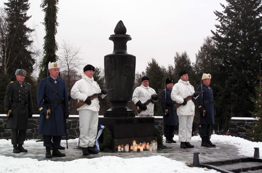Kenraali/eversti -vartio vaihtuu reserviupseerivartioon Jyväskylän sankaripatsaalla 24.12.2016.